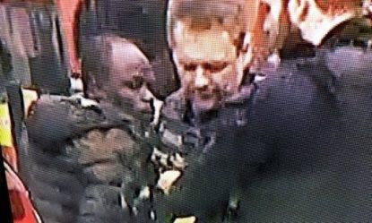 Londra, auto si schianta fuori dal Parlamento: ci sono feriti. Arrestato un uomo