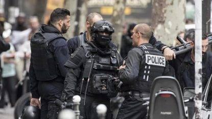 """Parigi, grida """"Allah Akbar"""" e accoltella i passanti in strada. Un morto e due feriti"""