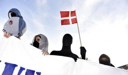 Rassegna 3.8. Copenaghen approva legge contro il burqa in pubblico: esplode la protesta