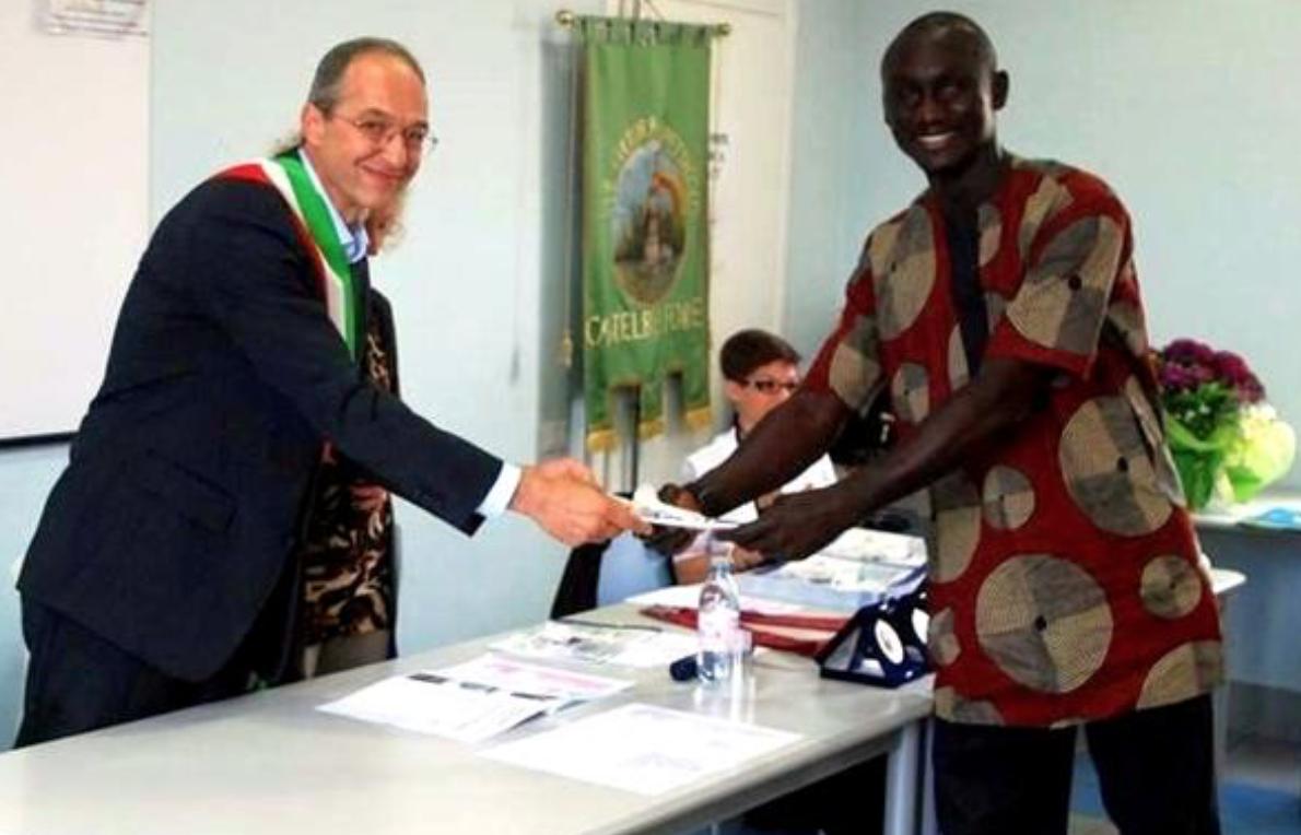 500 firme per non far espellere Fassar, l'immigrato che aiuta la comunità: firma anche il sindaco legista Fassar benvoluto da tutti