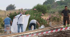 Madre e i due figli attraversano i binari per andare al mare: il treno li travolge, morti i due bambini