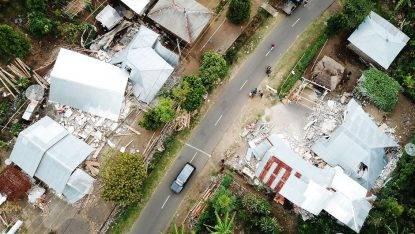 Terrificante sisma magnitudo 7, 140 morti e centinaia di feriti. Turisti in fuga dal paradiso naturale