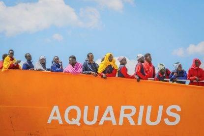"""Aquarius va verso la Francia, Parigi dice """"stop"""": """"Non qui. Sbarcate nel porto sicuro più vicino"""""""