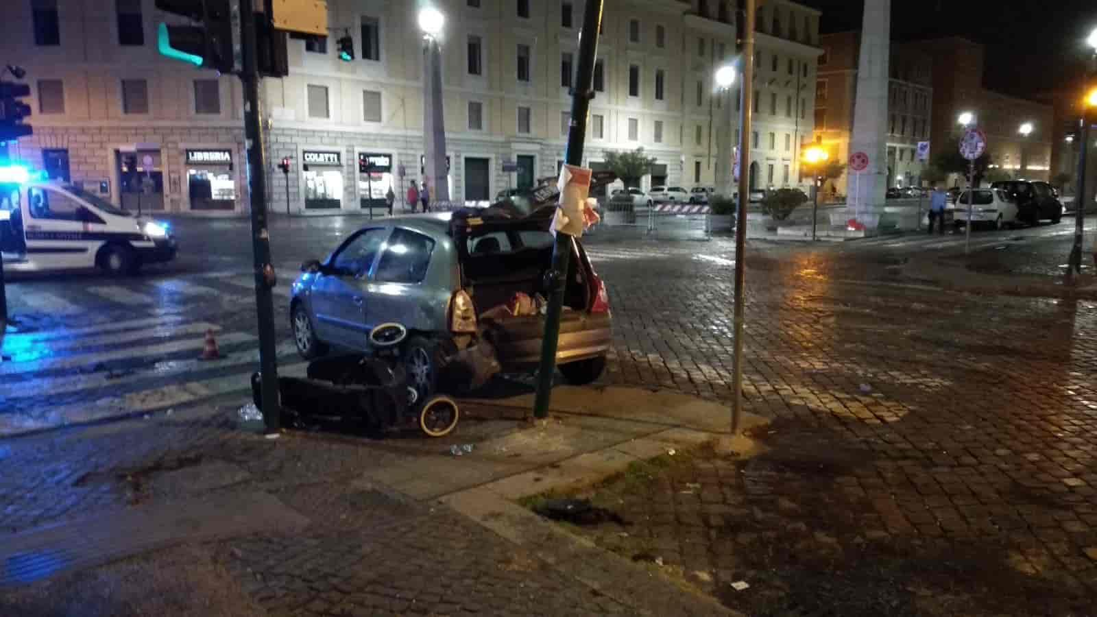 Choc in centro a Roma, auto travolge un'intera famiglia: 5 feriti, di cui tre bimbi