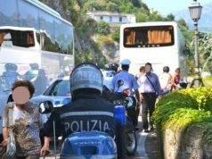 """Gruppo sul bus senza biglietto blocca la circolazione per un'ora: """"Noi non paghiamo e non scendiamo"""""""