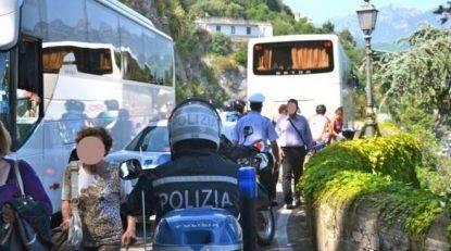 Dieci giovani bloccano il bus per un'ora e mezzo