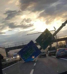 Paura sull'autostrada, cartello cade sulla carreggiata a causa del fortissimo vento: tragedia sfiorata