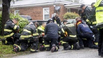 L'uragano fa cadere un albero che uccide madre e figlio. Quello che fanno i pompieri è commovente