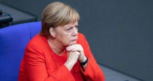 """La Merkel espelle dalla Germania gli italiani che hanno perso il lavoro. Governo: """"Altro che accoglienza"""""""
