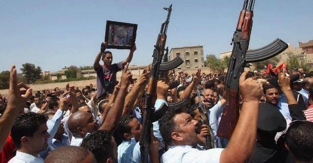 Libia nel caos, evacuati diplomatici italiani: centinaia di evasi dalle galere, 200 morti nella capitale