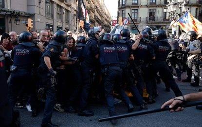 Manifestanti contro la Polizia in Catalogna
