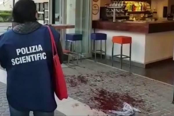Mantova choc, uomo accoltella i passanti per strada: morta una donna, tre feriti