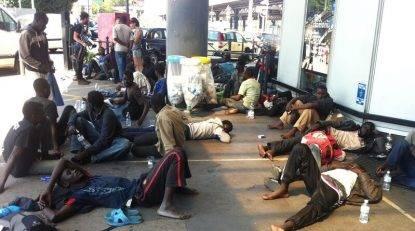 Milano: commercianti cacciano gli stranieri che bivaccano nei loro negozi, il Comune li multa