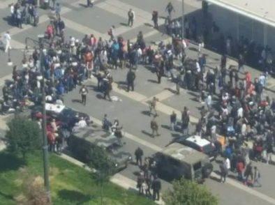 """Poliziotti arrestano pusher e il quartiere si rivolta: """"Fascisti!"""". Vengono accerchiati e picchiati dalla folla"""
