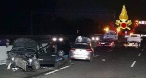 Scende dall'auto dopo incidente per mettere al sicuro le figlie: madre di 38 anni travolta di fronte a loro
