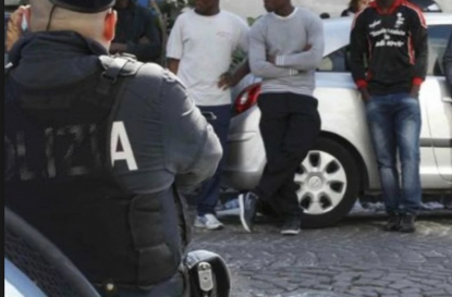 """""""Andate a f*****o poliziotti razzisti"""" e tirano una testata ad un agente: condannati e subito scarcerati"""
