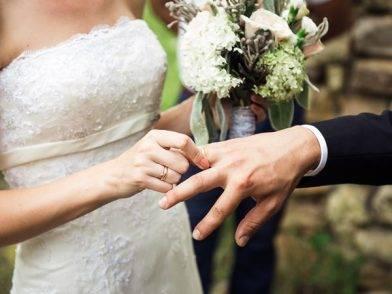 """""""Per sempre"""". Il fidanzato muore prima delle nozze, lei prende una decisione sconvolgente"""