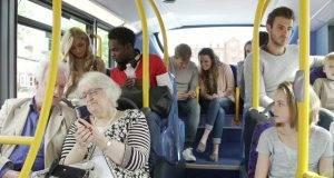 """""""Sei nero, vai in fondo al bus"""", allarme razzismo. Ma gli altri passeggeri smentiscono: """"Non è andata così"""""""