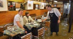 Acqua alta nel ristorante a Venezia, ma la ristorazione va avanti: ecco il video virale online