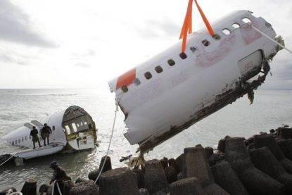 Cade aereo con 189 persone a bordo, anche tre bambini: nessun superstite