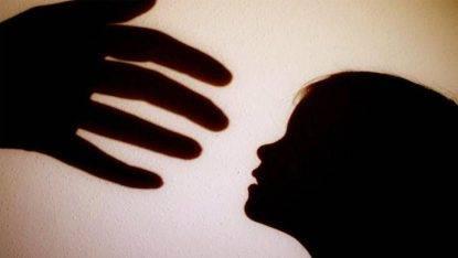 Bambina nell'atto di essere toccata