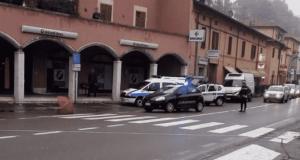 Donna travolta da un'auto mentre attraversa