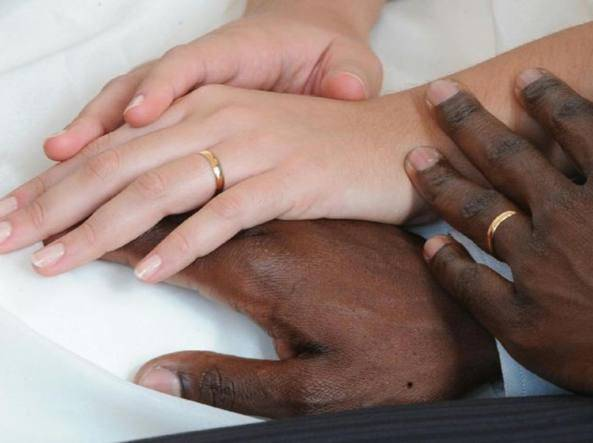 L'antiterrorismo ha scoperto una rete di (costosi) finti matrimoni per immigrati per restare in Italia