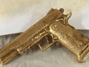 Pistole dorate come bomboniere per battesimi e comunioni: ecco la scoperta shock