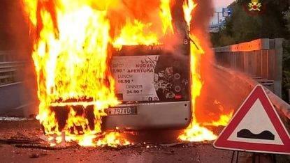 Terrore in tangenziale, bus a metano va a fuoco: panico in strada