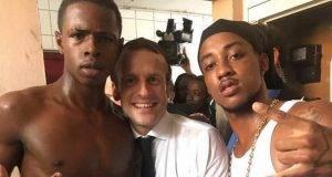 Macron e la foto con l'ex rapinatore e con il dito medio: polemica in Francia