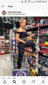 Fedez-Ferragni choc: festa nel supermercato, cibo usato per giocare, piedi nei carrelli. Il web insorge