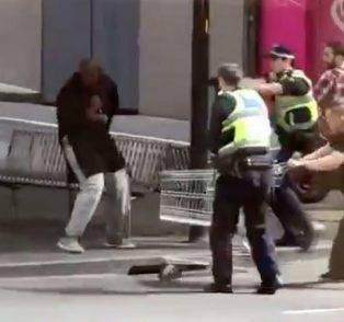 Accoltella tre passanti e fa esplodere la sua auto: un morto