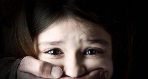 Arrestata nota dottoressa 61enne: abusava sessualmente di un bambino che le era stato affidato