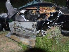 Auto fuori strada nella notte: morti due ragazzi di 24 e 31 anni, illesa un'altra giovane