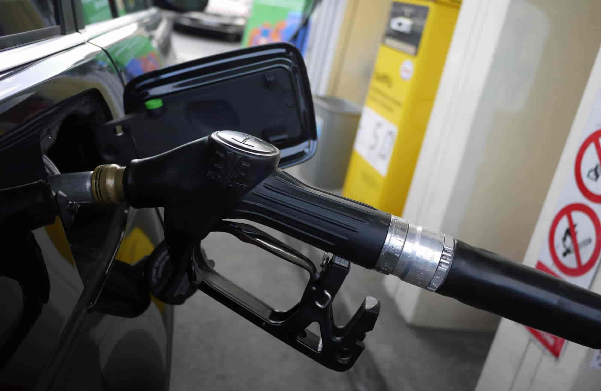 Manovra, il PD propone taglio delle accise sulla benzina, Lega e M5S lo bocciano