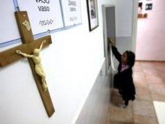 """Fiumicino, via i crocifissi dalla scuola elementare """"per non urtare chi non è cristiano"""""""