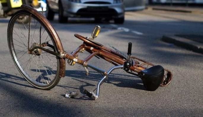 Donna travolta mentre andava in bici