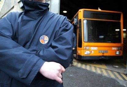 Il branco molesta le ragazze sul bus, l'autista interviene e viene picchiato