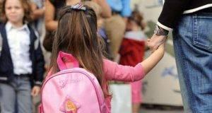 """L'uomo brizzolato che va a caccia di bimbe nelle scuole: il tam tam sui social, """"Fate attenzione"""""""