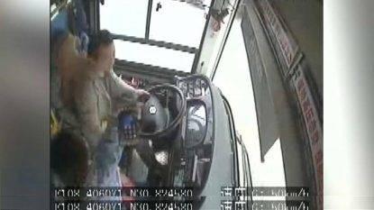 Lite fra autista e passeggera: il bus sbanda dal ponte e finisce nel fiume, 13 morti