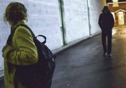 Picchiata e violentata mentre va al lavoro, donna stacca un pezzo di lingua all'aggressore