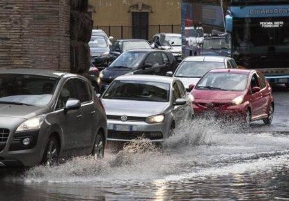 Ponte piovoso per l'Italia. Torna il maltempo, allerta rossa in Veneto, allagamenti a Palermo