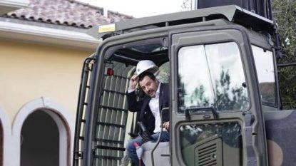 """Salvini show: sulle ruspe per demolire le ville dei Casamonica. E loro lo minacciano: """"Ti spariamo"""""""