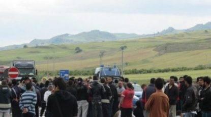 Salvini taglia l'accoglienza- rivolta al Cara di Mineo. Centinaia di ospiti in strada, sassi contro le auto