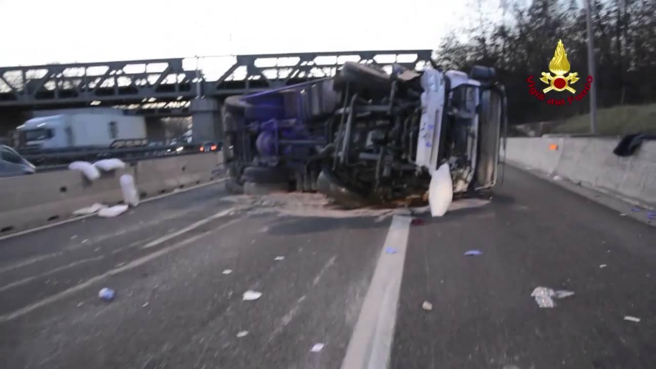 Violento scontro frontale tra furgone e camion