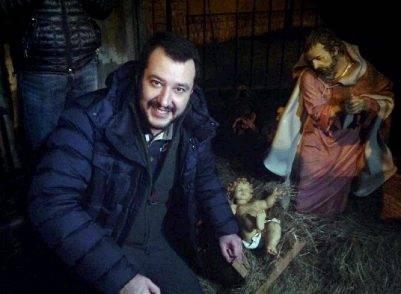 """""""Se ci fosse stato Salvini, Gesù bambino sarebbe morto"""": la frase del prete infiamma la parrocchia"""