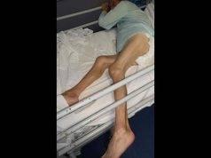 Anziana legata al letto in ospedale, immersa fra sangue e urina: il video sconvolge il web