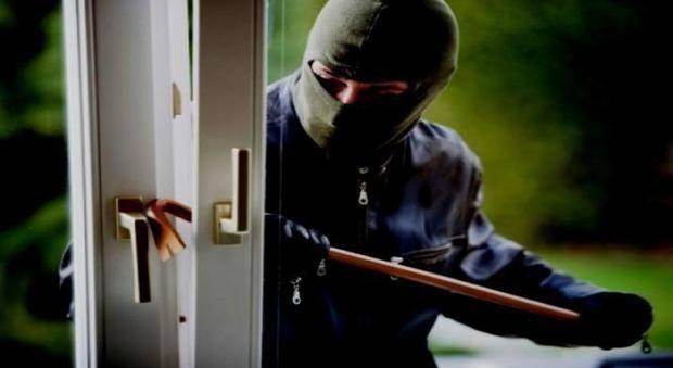 Bordighera, vicini di casa colgono un ladro mentre esce dalla villa dopo un colpo: pestato a sangue