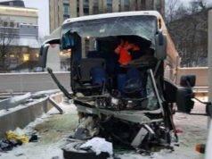 Bus partito da Genova si schianta contro un muro: morta una donna, 44 feriti di cui 3 gravissimi