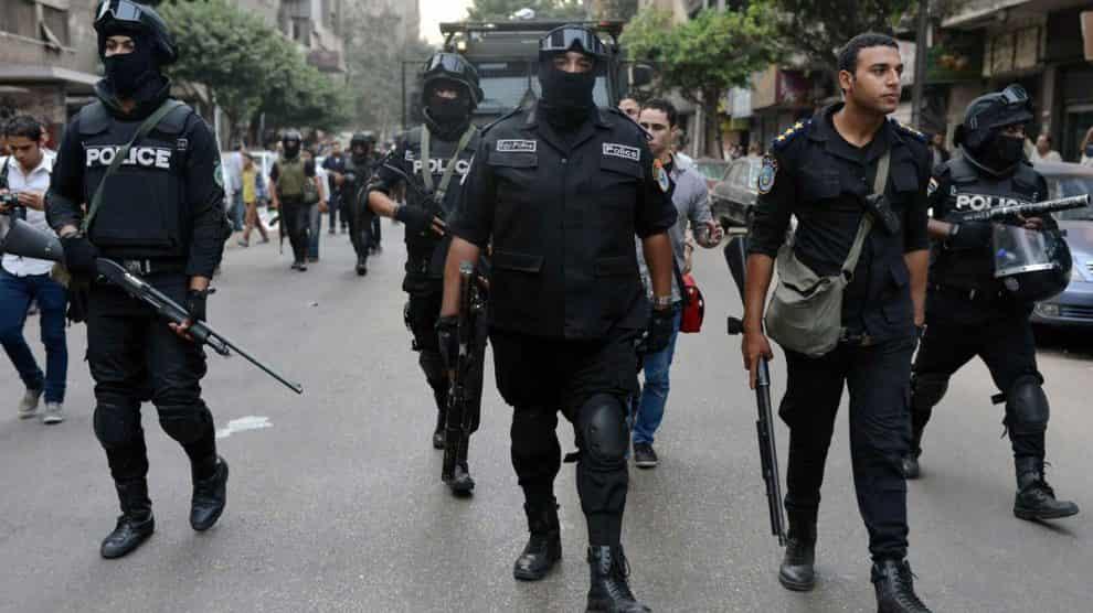 """Dopo la bomba sul bus dei turisti, la polizia egiziana uccide 40 terroristi: """"Preparavano attacchi"""""""